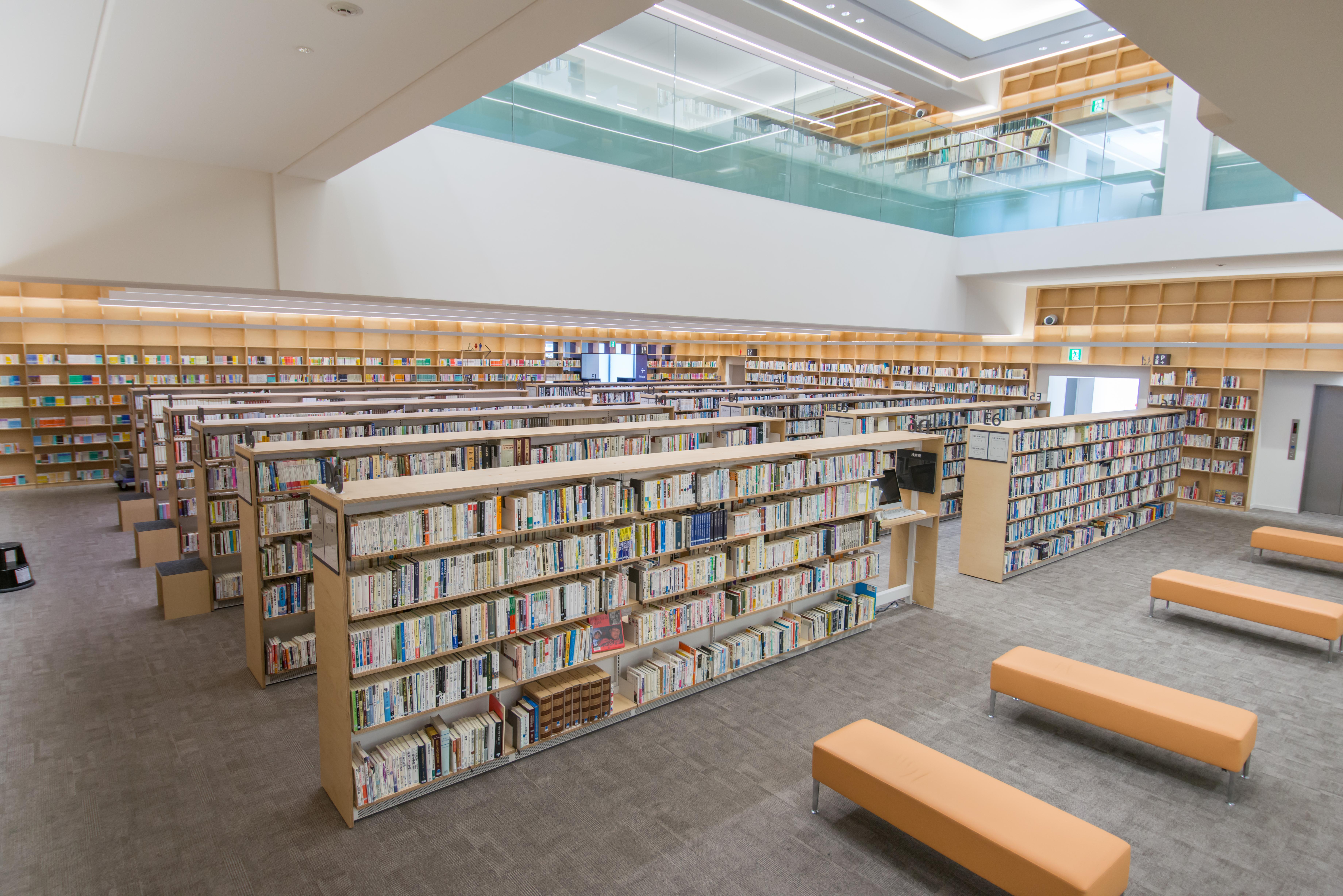 東京都荒川区立図書館「ゆいの森あらかわ」3階書架
